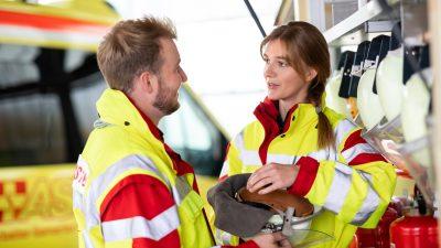 Rettungssanitäter*innen bei der Arbeit