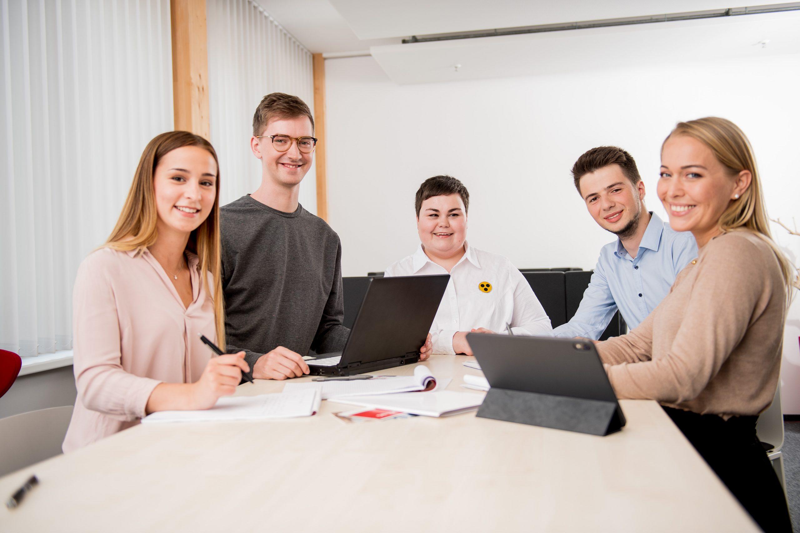Junge Menschen vor einem Rechner