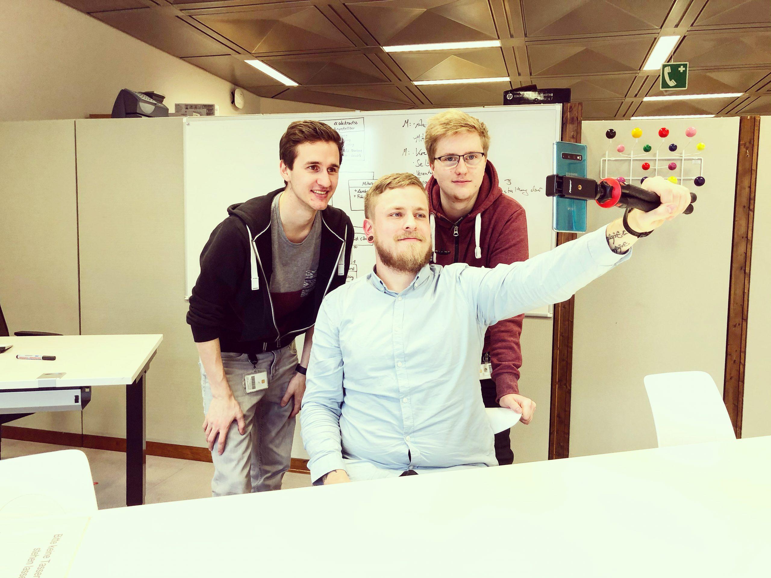 Drei Jugendliche machen ein Selfie