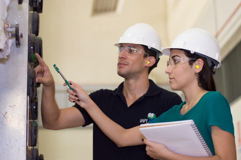 Ein Ingeneur und eine Ingeneurin planen ein Projekt