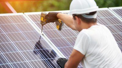 Eine Solaranlage wird festgeschraubt.