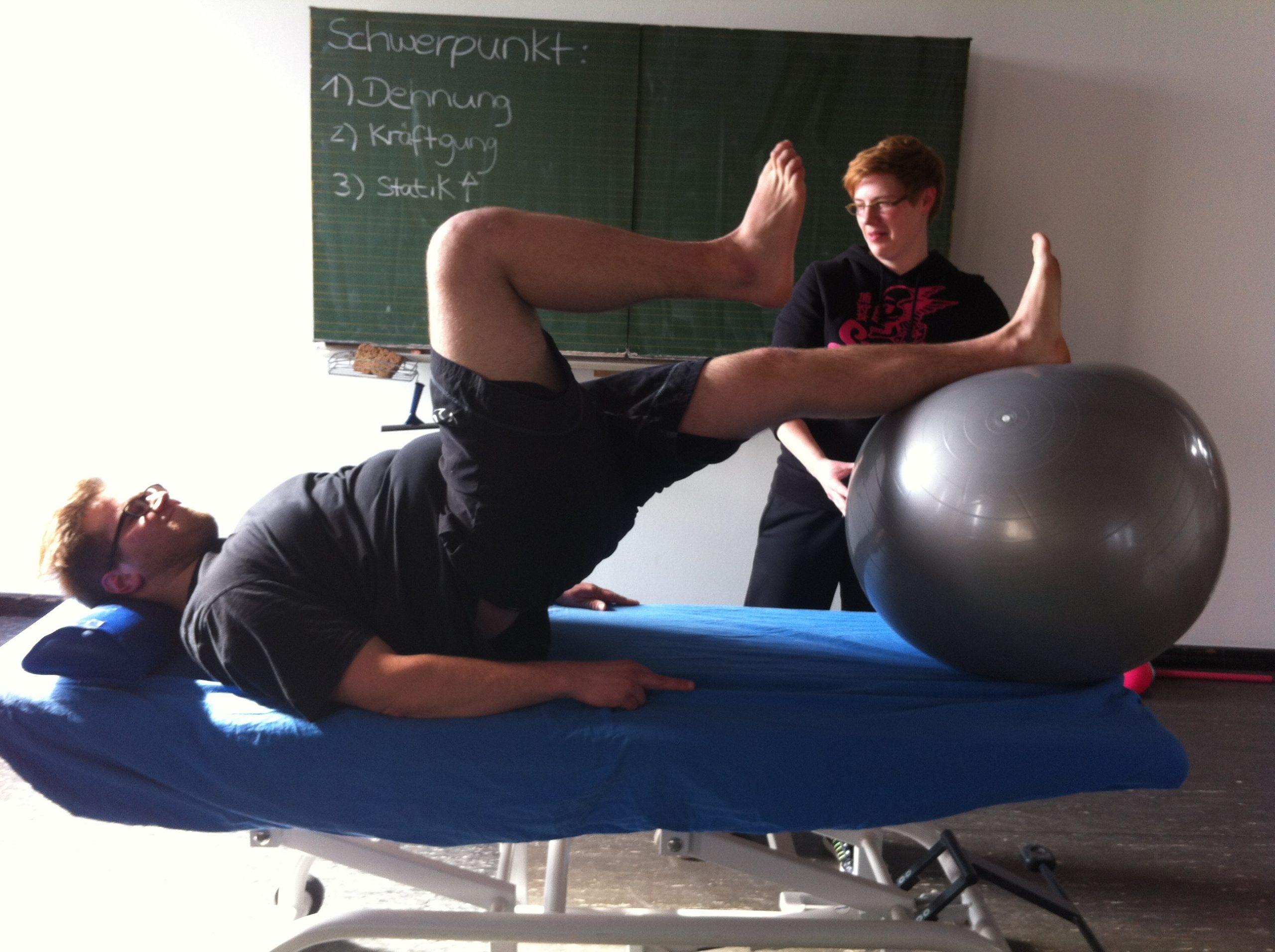 Patient bei einer physiotherapeutischen Übung