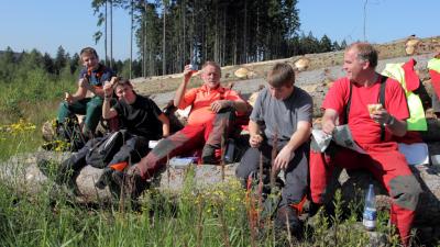 Menschengruppe auf einem Berggipfel