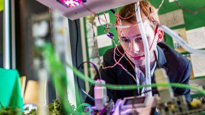Junge beim Roboterbau