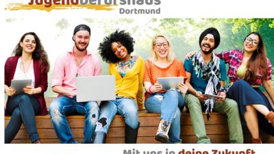 6 Jugendliche sitzen auf einer Bank und lächeln.