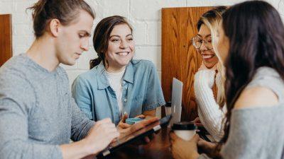Junge Leute um einen tisch