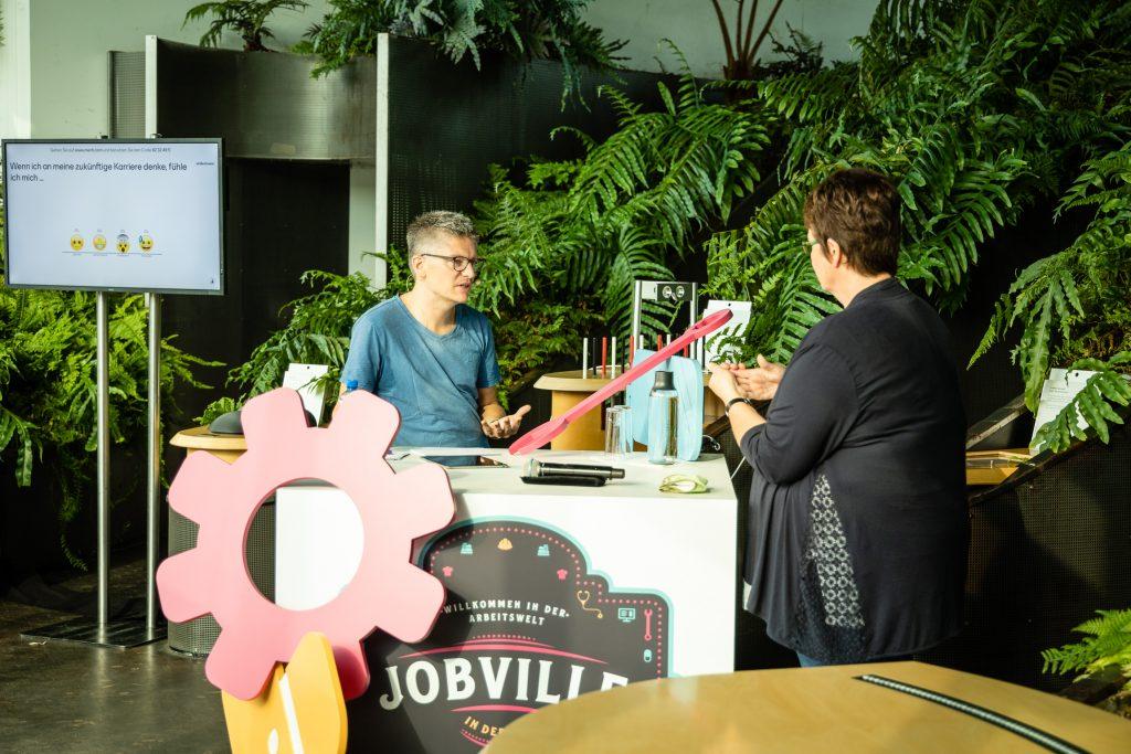 Moderator Stefan Maywald im Gespräch mit Friederike Schulte-Tenkhoff von der Verbraucherzentrale