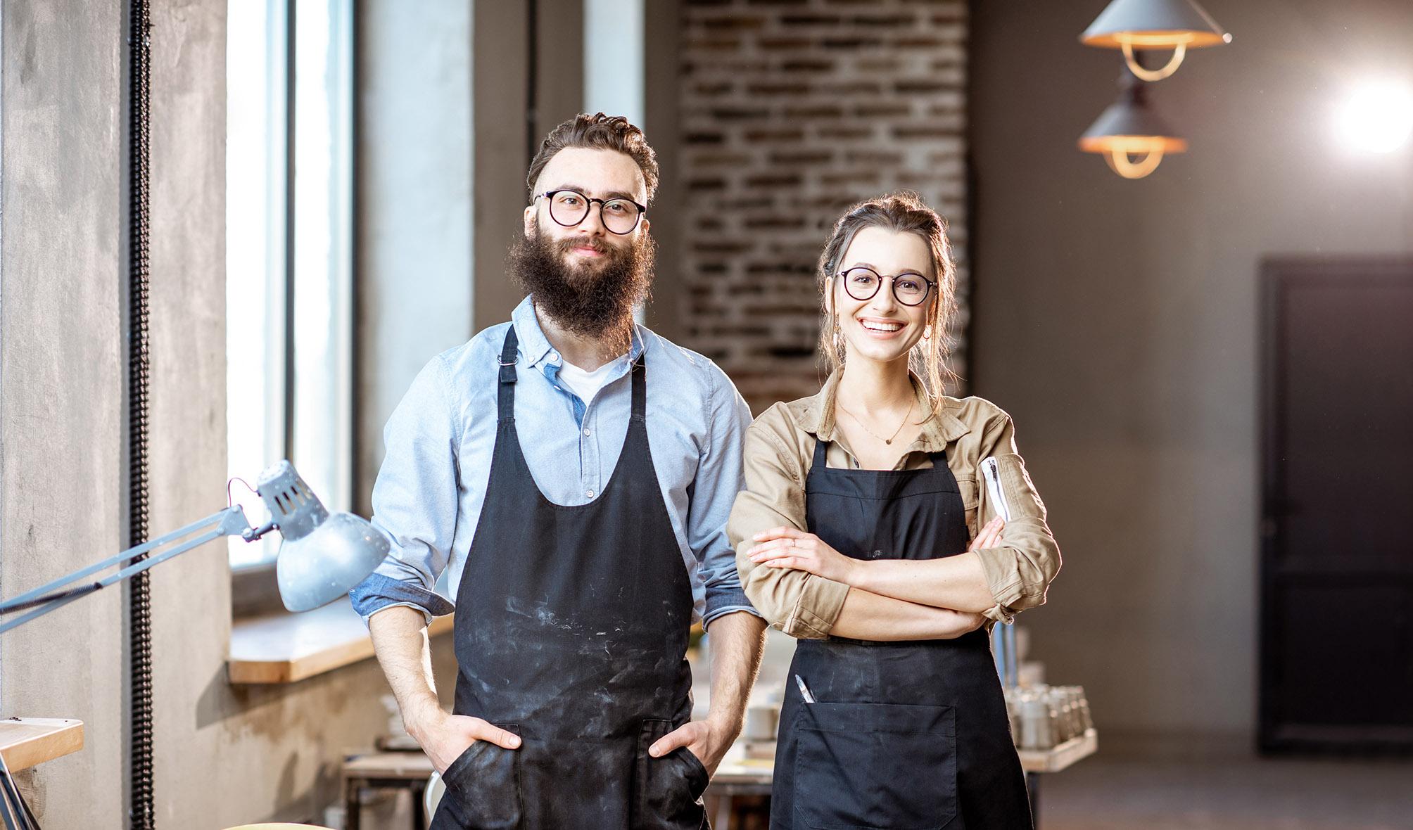 Zwei junge Menschen in einer Werkstatt