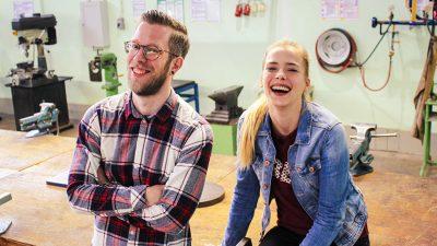 Zwei junge Leute in einer Werkstatt